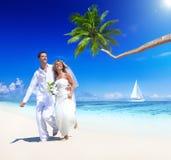在热带海滩婚礼的甜夫妇 图库摄影