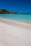 在热带海滩白色沙子写的爱 免版税库存图片