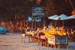 在热带海滩的一个格栅党在果阿,印度 库存图片