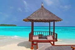 在热带海滩的一个海滩小屋 库存照片