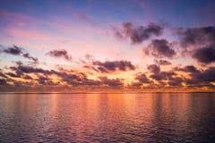 在热带海洋的五颜六色的日出 免版税库存图片