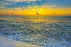 在热带海滩的五颜六色的日落与美丽的天空,云彩 库存照片