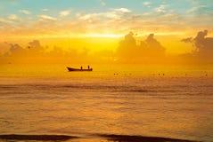 在热带海滩的五颜六色的日落与美丽的天空,云彩 免版税库存照片