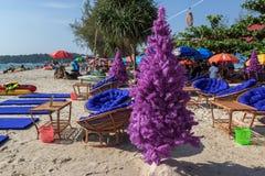 在热带海滩的假圣诞树与椅子和桌 免版税图库摄影