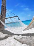在热带海滩的吊床 免版税库存图片