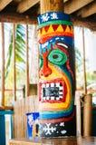 在热带海滩的图腾柱子 库存图片