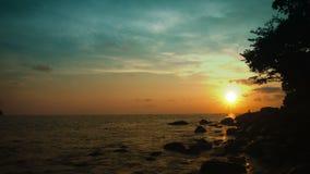 在热带海洋的天空在日落前 泰国美好的横向 股票录像