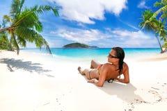 在热带海滩的太阳假日 免版税图库摄影