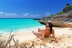 在热带海滩的太阳假日 免版税库存图片