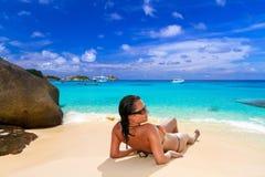 在热带海滩的太阳假日 图库摄影