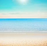 在热带海滩的太阳 免版税库存图片