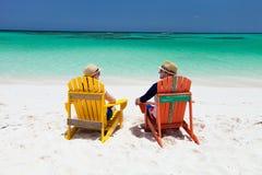 在热带海滩的夫妇 库存照片
