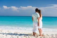 在热带海滩的夫妇 免版税库存图片