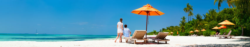 在热带海滩的夫妇 免版税图库摄影