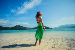 在热带海滩的妇女佩带的布裙 库存图片