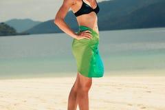 在热带海滩的妇女佩带的布裙 免版税库存照片