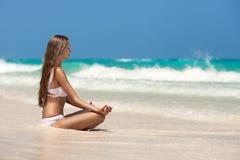 在热带海滩的妇女凝思 免版税库存图片