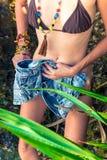 在热带海滩的妇女改变的衣裳巴厘岛,印度尼西亚 免版税库存照片