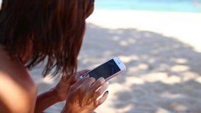 在热带海滩的妇女改变的衣裳巴厘岛,印度尼西亚 股票视频