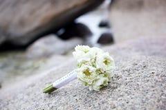 在热带海滩的婚礼花束 库存照片