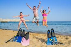 在热带海滩的家庭幸福 图库摄影