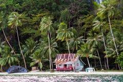 在热带海滩的小屋 库存图片