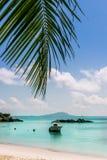 在热带海滩的小船在Curieuse海岛塞舌尔群岛 免版税库存图片