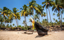 在热带海滩的小船 库存照片