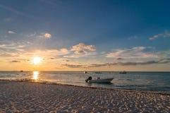 在热带海滩的日落在Isla Mujeres,墨西哥 库存图片