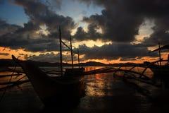 在热带海洋的日落 免版税库存图片