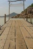 在热带海滩的木桥 免版税库存图片