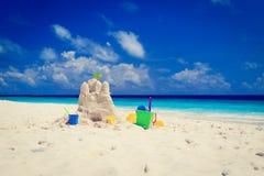 在热带海滩的沙子城堡 图库摄影