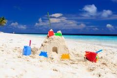 在热带海滩的沙子城堡 免版税图库摄影
