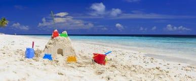 在热带海滩的沙子城堡 库存图片