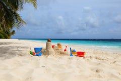 在热带海滩的沙子城堡 免版税库存照片