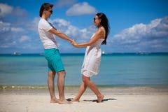 在热带海滩的浪漫夫妇 库存图片