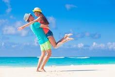 在热带海滩的浪漫恋人假期 蜜月 免版税库存照片