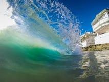 在热带海滩的清楚的波浪 库存照片