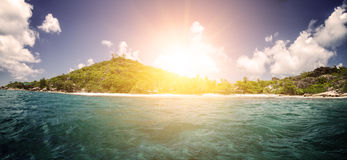 在热带海滩的白色珊瑚沙子。La Digue海岛, Seyshelles。 库存图片