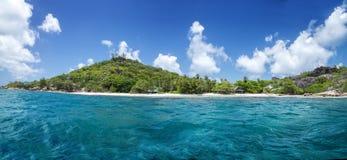 在热带海滩的白色珊瑚沙子。La Digue海岛, Seyshelles。 免版税库存照片