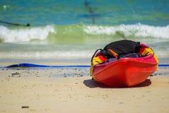 在热带海滩的皮船 免版税图库摄影