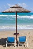 在热带海滩的空的sunbeds 图库摄影