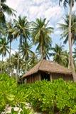 在热带海滩的竹小屋 免版税库存照片