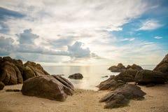 在热带海滩的美丽的日落天空 库存照片