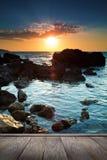 在热带海滩的美好的日落。 图库摄影