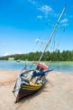 在热带海滩的老渔船在塞舌尔群岛 库存图片