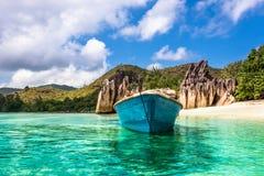 在热带海滩的老渔船在Curieuse海岛塞舌尔群岛 库存图片