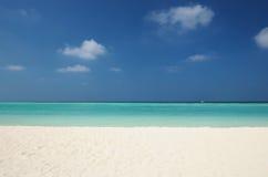 在热带海滩的透明的绿松石水 库存照片
