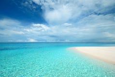 在热带海滩的透明的绿松石水 免版税库存图片