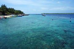 在热带海滩的透明的绿松石水 图库摄影